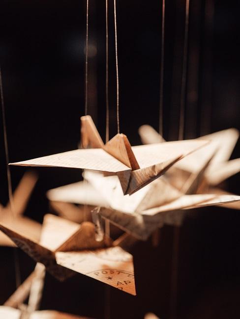Łabędzie origami wiszące na sznurku