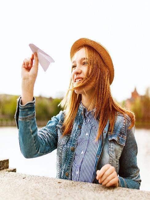 Dziewczyna puszczająca samolot papierowy