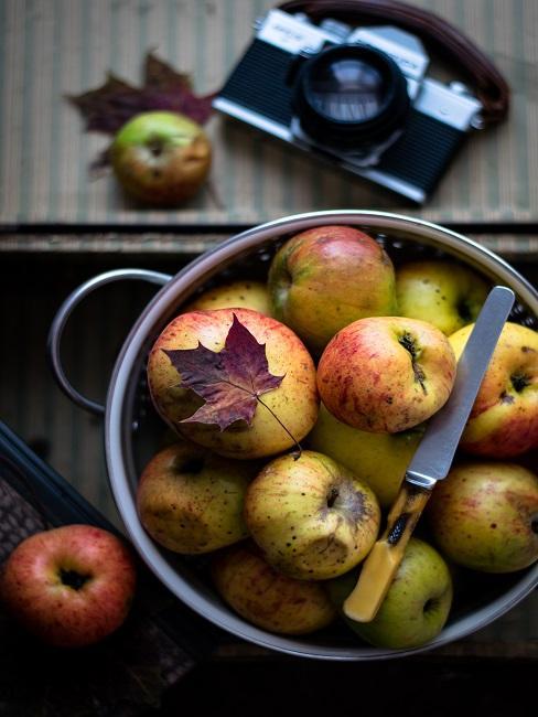 Jabłka w garnku z nożem