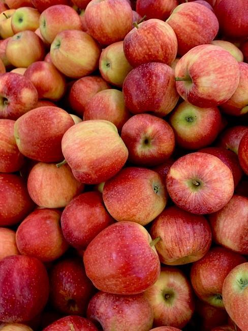 Stos pełen jabłek z widoku z góry