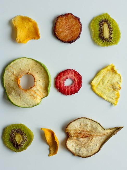 Suszone owoce ułożone obok siebie