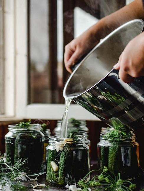 Przygotowywanie ogórków do kiszenia, a potem pasteryzacja słoików