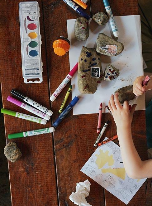 Stół pełen przyborów artystycznych do prac artystycznych dla dzieci