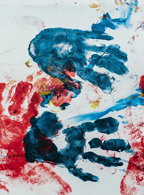Odbijanie dłoń pomalowanych farbą jako prace plastyczne dla dzieci