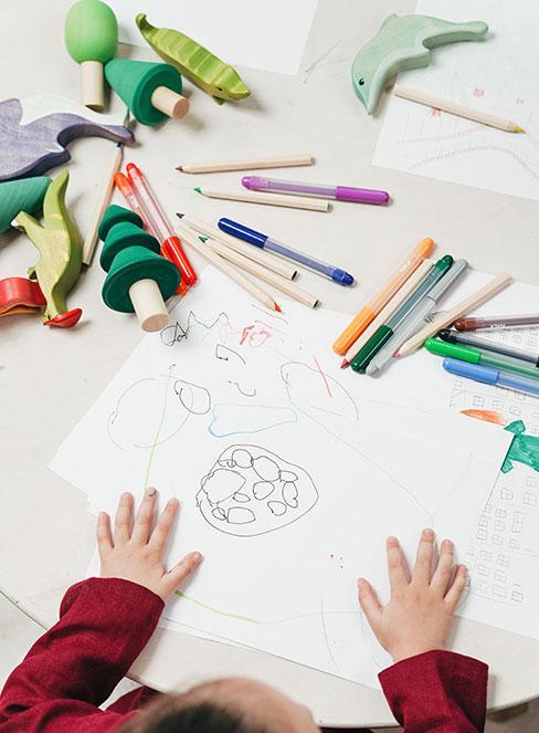 Prace plastyczne dla dzieci, czyli rysowanie pisakami i kredkami na kartce