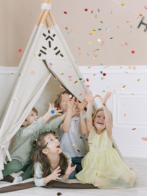 dzieci bawiące się w tipi podczas piżama party