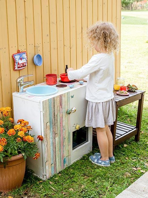 kuchnia błotna na trawie do prac platycznych dla dzieci