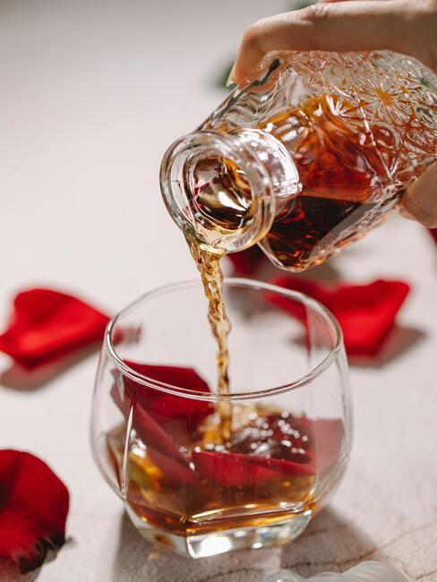 Nalewanie brandy do kieliszka