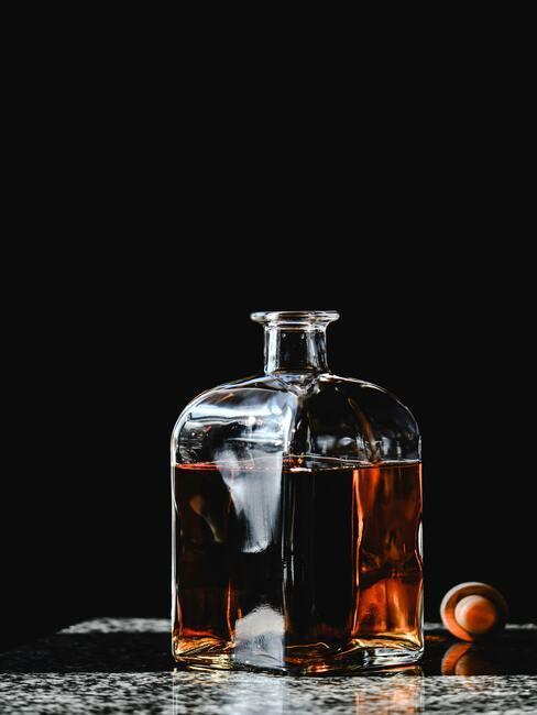 Zbliżenie na karafkę z brandy