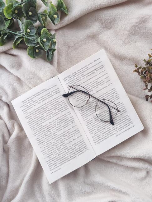 Zbliżenie na książkę i okulary: języki obce