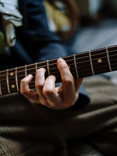 Gra na gitarze z przybliżeniem na dłonie