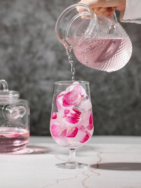 Kolorowy drink nalewany z dzbanka