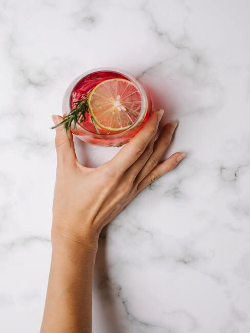 Kobieta podająca kolorowy drink
