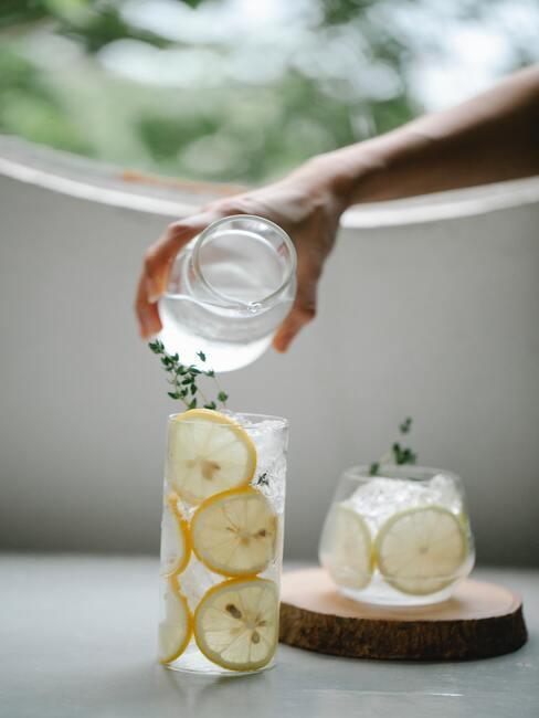 Karafka z cytryn i wodą