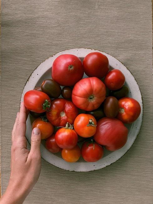 Talerz pełen różnych pomidorów