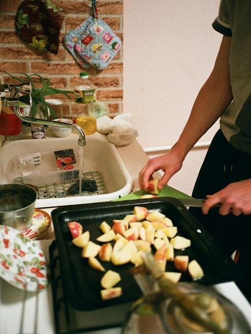 Pokrojone jabłka leżące na blaszce na przetwory z jabłek