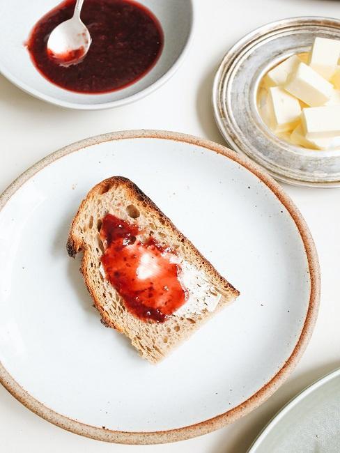 Kromka chleba z dżemem truskawkowym i masłem
