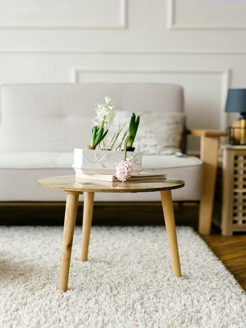 Stół kawowy z drewna w salonie