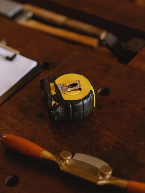Miara i inne narzędzia leżące na stole