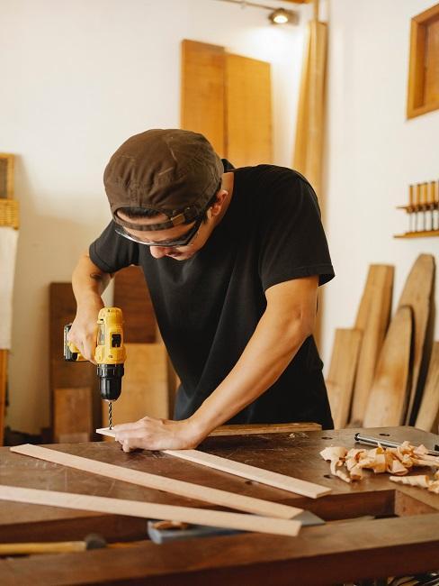 Mężczyzna robiący stół
