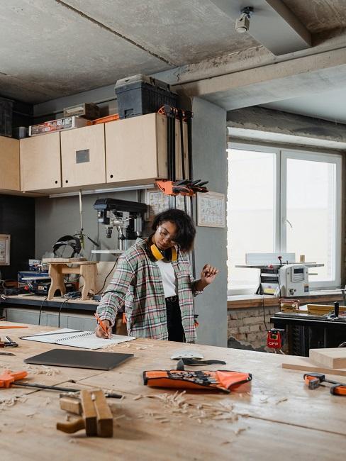Kobieta robiąca własny stół