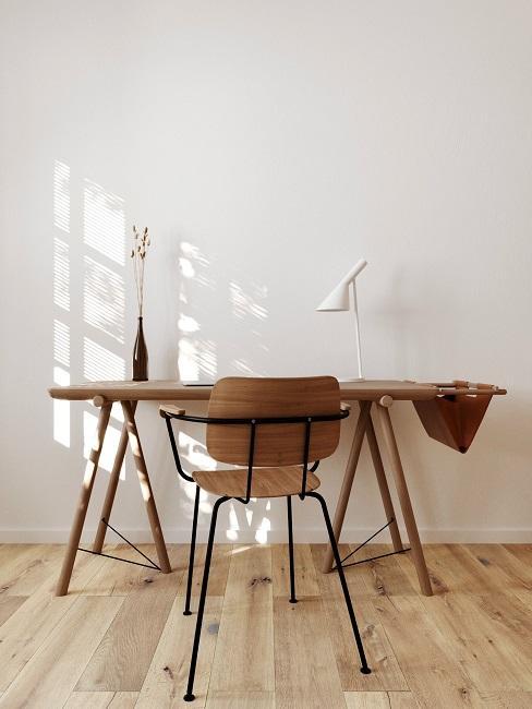Stół drewniany DIY na tle białej ściany
