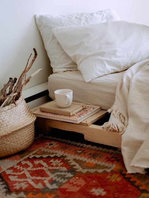 Łóżko z dywanem vintage