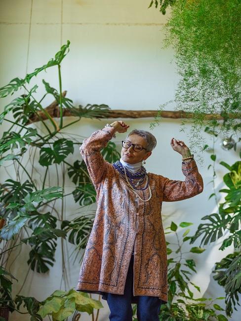 Pani tańcząca w pokoju pełnego roślin