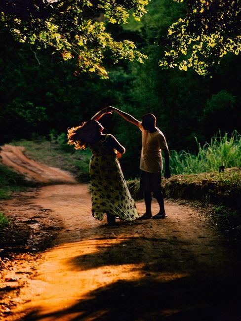 Para tańcząca w lesie