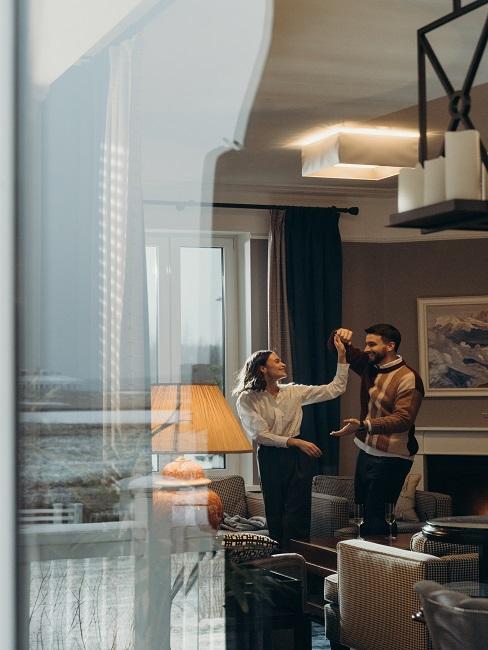 Tańcząca para w salonie