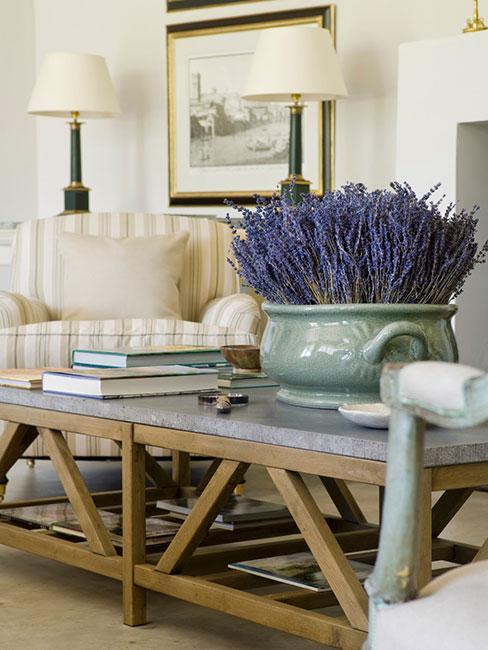 salon w stylu prowansalskim z donicą z lawendą na stole