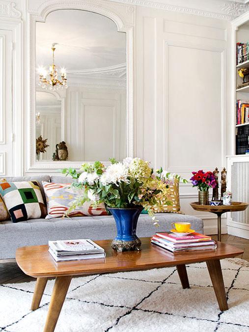 jasny salon z barokowym lustrem i sztukaterią na ścianach w kamienicy w stylu francuskim