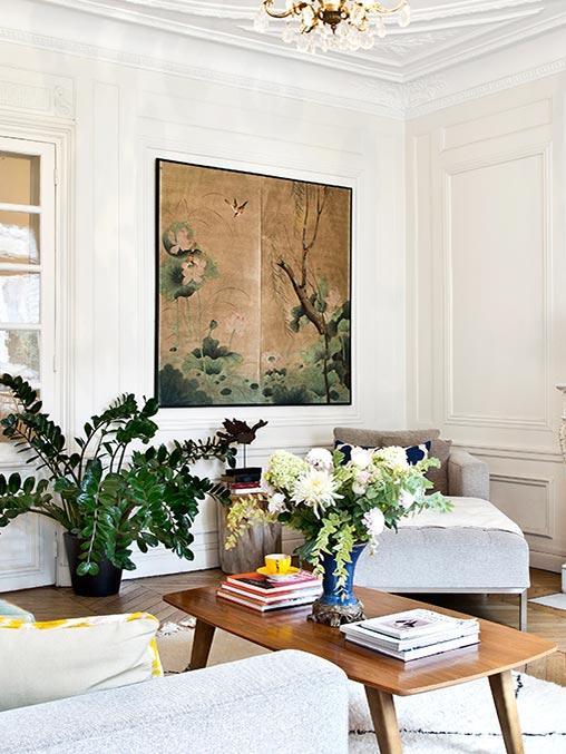 jasny salon z japońskim obrazem i sztukaterią na ścianach w kamienicy w stylu francuskim
