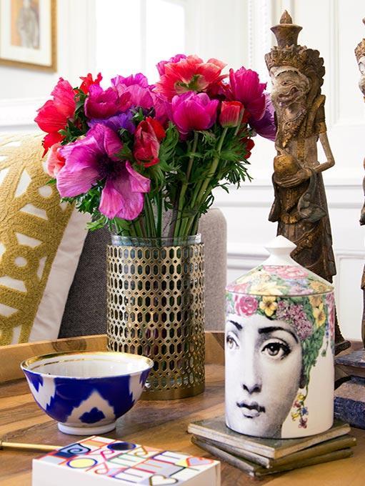 bogate oryginalne dekoracje i wazon z różowymi kwiatami