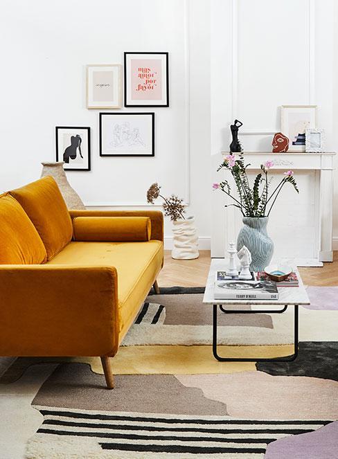 nonszalancki salon z żółtą sofą w francuskim stylu