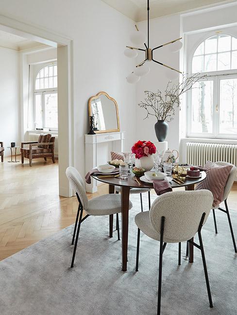 jadalnia z krzesłami boucle w stylu francuskim