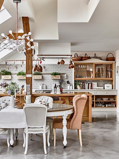 kuchnia z jadalnią w jasnych kolorach w stylu francuskim