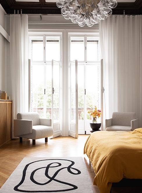 sypialnia z wyjściem na balkon we francuskiej kamienicy