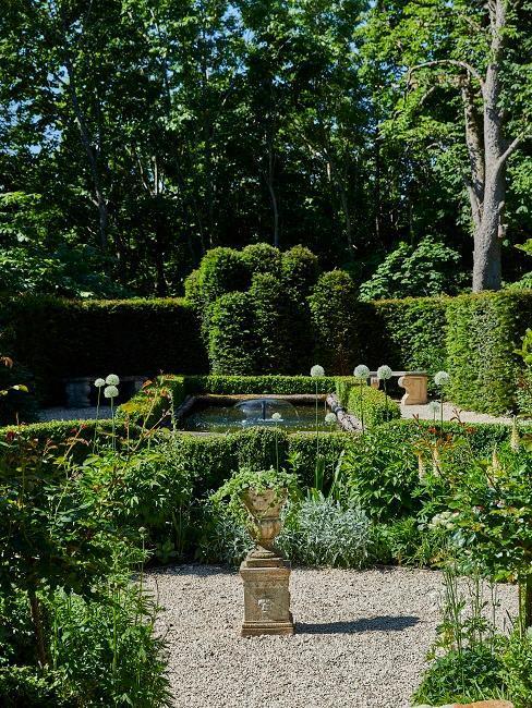 ogród w stylu francuskim z przyciętymi żywopłotami