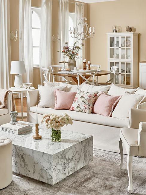 jasny salon z białą sofą i dekoracjami w stylu prowansalskim