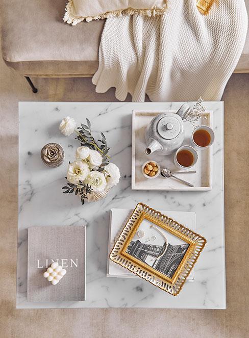 marmurowy stolik kawowy z dekoracjami w stylu francuskim