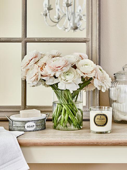zbliżenie na wazon z różami na komodzie w stylu prowansalskim