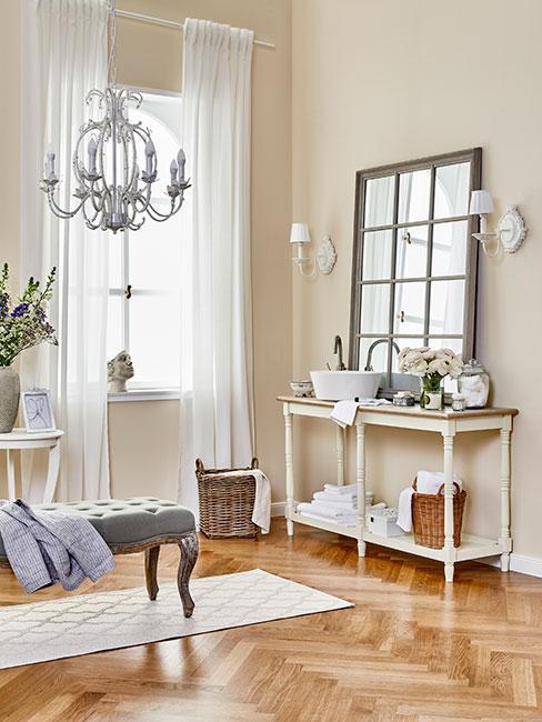 duża łazienka z drewnainaym lustrem i metalowym żyrandolem w stylu prowansalskim