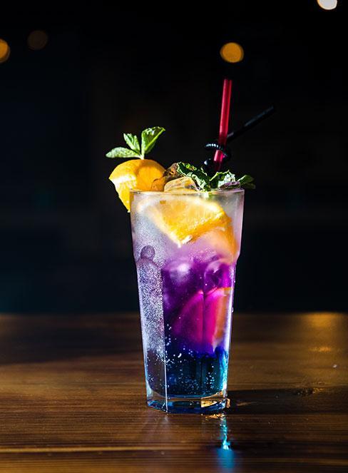 wielowartswowy kolorowy drink z owocami