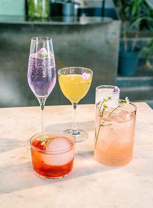 różnokolorowe drinki w szklankach różnej wysokości
