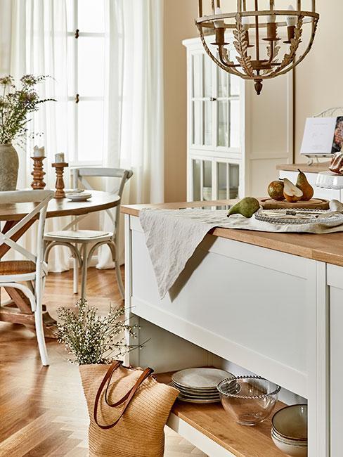 biała kuchnia z jadalnią w stylu prowansalskim