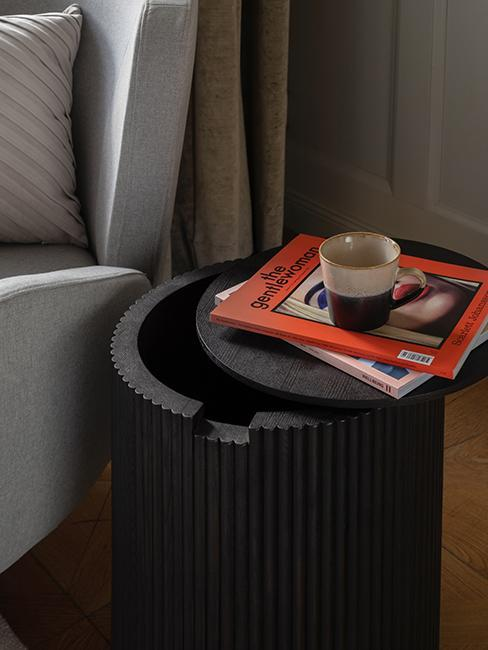 mały ciemny stolik z drewna z funkcją przechowywania