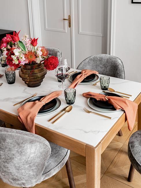 zbliżenie na prostokątnym stół z marmurowym blatem przy szarych krzesłach z aksamitu