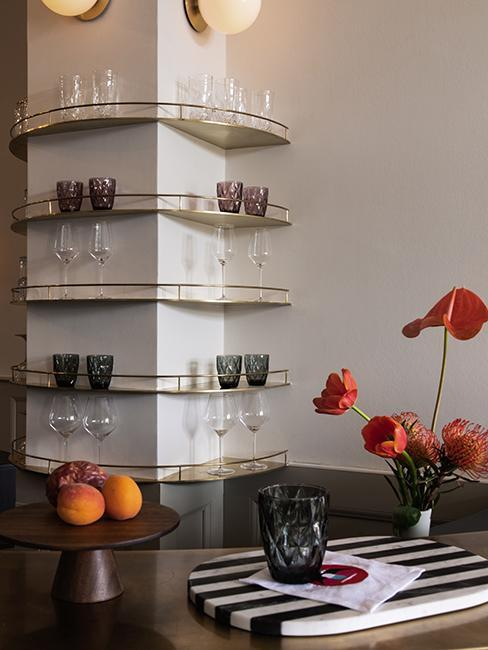 półki na kolumnie ze szklankami w jadalni z czarnym stołem
