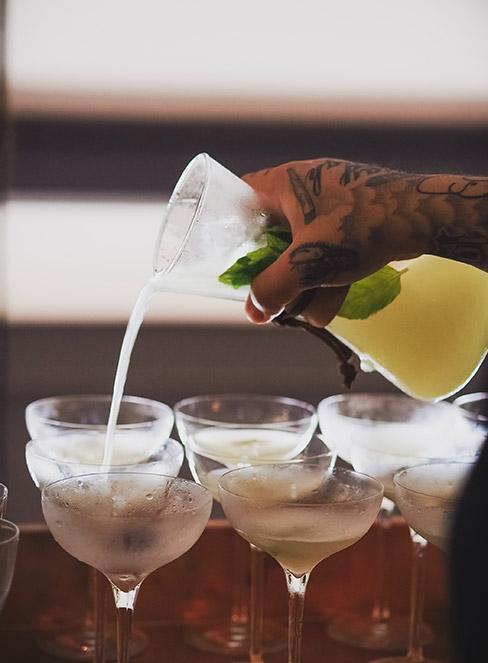 Mężczyzna nalewający drinki z wódką